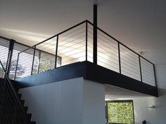 Fabricant Escalier droit en acier brut avec limons en cascade, garde corps avec garniture en câble tendu. Lyon, Escalier design, droit avec garde corps en cable tendu