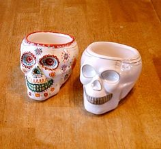 Dia De Los Muertos themed decor. Make from dollar store skulls and paint. Got to do this... I LOVE skulls !!! Especially Dia de Los Muertos auger skulls.
