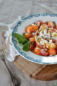 Après la gourmandise des panna cotta, on reprend le bal des salades avec cette salade de melon, feta et cumin noir, sauce tahini...