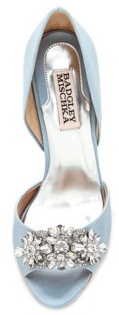 Zarter blauer High Heel mit schönen Steinchen für deine Hochzeit Mehr Inspirationen auf WonderWed.de