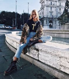 Doc Martens have been in style for almost 60 years, discover what made them so popular. We also discuss how to wear them in style! Dr. Martens, Dr Martens Jadon, Mode Outfits, Casual Outfits, Fashion Outfits, Winter Outfits, Dr Martens Outfit, Martens Style, Leopard Jacket