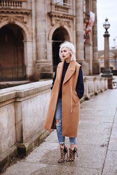 Leo loves blue by Masha Sedgwick Street Look, Street Chic, Street Style, Long Vest Outfit, Vest Outfits, Fashion Outfits, Fall Winter Outfits, Autumn Winter Fashion, Blue Fashion