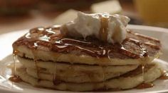 Simple Fluffy Pancakes: recipe requires vinegar and 1 egg Pancakes Easy, Fluffy Pancakes, Buttermilk Pancakes, Pancakes And Waffles, Homemade Buttermilk, Homemade Food, What's For Breakfast, Breakfast Pancakes, Breakfast Dishes
