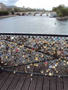 Los candados del amor en el Pont des Arts - Paris. Al parecer las parejas que pasan por allí ponen un candado en la reja del puente, algo así como un sortilegio para permancer unidos...