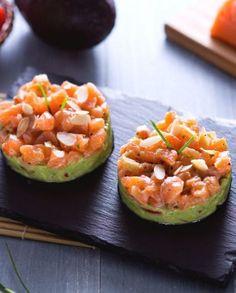 Tartare di salmone con crema di avocado e mandorle tostate Salmon Tartare, Avocado Egg, Fish Recipes, Zucchini, Eggs, Vegetables, Cooking, Breakfast, Food