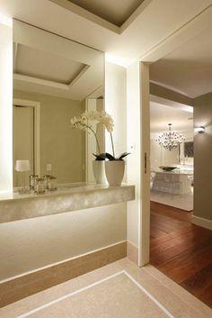 Neste hall de entrada, projeto da arquiteta e design de interiores Vivian Coser, prevalece o conceito minimalista. O aparador em Onix branco...