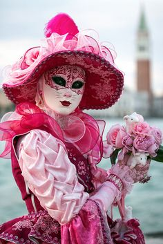 Venetian Carnival Masks, Carnival Of Venice, Venetian Costumes, Red And Pink, Pretty In Pink, Mask Face Paint, Costume Venitien, Venice Mask, Couleur Fuchsia