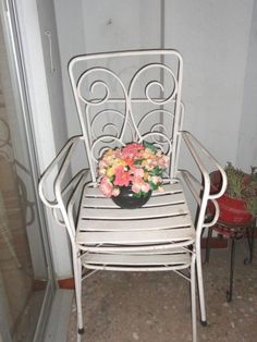 Inspiración vintage: sillas blancas de forja con flores de colores empolvados