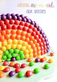 gateau arc en ciel aux skittles Skittles Cake, Macaron, Birthday Cake, Rainbow, Candy, Breakfast, Design, Pastry Recipe, Pastry Recipes