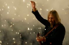 In honor of rock icon Tom Petty's passing we look back at his Super Bowl 42 Halftime Show in RIP Tom Petty. - American Girl - I Won't Back Do. Tom Petty Songs, King Bee, Travelling Wilburys, Halftime Show, Rockn Roll, Music Icon, Music Love, Music Mix, Bob Dylan