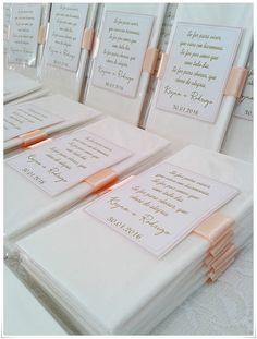 Para as lágrimas de alegria de seus convidados. <br> <br>Cada embalagem contém 1 Lenço de papel embalado no saquinho de celofane e fita de cetim com tag personalizada. <br>Feito sob encomenda nas cores de sua preferência. <br> <br>**Para usar brasão dos noivos enviar em aquivo cdr para corel draw* <br> <br>***Pedido minímo de 40 unidades*** <br> <br>Para tirar suas dúvidas clique em contatar vendedor. <br> <br>***POR FAVOR CLICAR EM COMPRAR PRODUTO SOMENTE SE TIVER REAL INTENÇÃO EM ADQUIRIR…