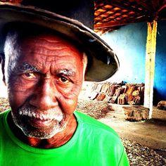 Artista de caipora. Escultor das carrancas. Foto de Chris Alcazar
