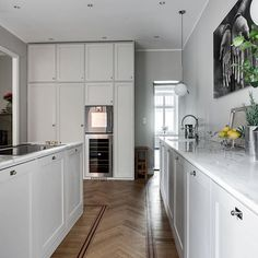 Ikeakök, luckor och distanslister Picky living handmålat grått. Nordic Kitchen, Kitchen Interior, Kitchen Design, Farrow Ball, Scandinavian Interior Design, Ikea Hack, Farmhouse Style, Dining Room, Kitchen Cabinets