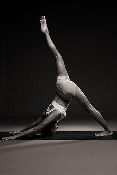 Yoga poses offer numerous benefits to anyone who performs them. There are basic yoga poses and more advanced yoga poses. Here are four advanced yoga poses to get you moving. Yoga Fitness, Fitness Noir, Hatha Yoga, Sup Yoga, Pilates Yoga, Iyengar Yoga, Pilates Reformer, Yoga Meditation, Yoga Inspiration