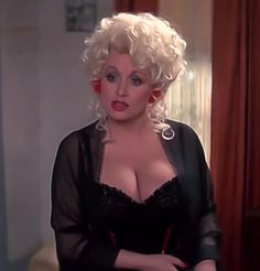 Voluptuous country singer and actress Dolly Parton never posed nude as far as we know -- what a shame! Dolly Parton Pictures, Pernas Sexy, Curvy Girl Outfits, Actrices Hollywood, Sexy Older Women, Sexy Women, Beautiful Actresses, Beautiful Women, Beautiful Redhead