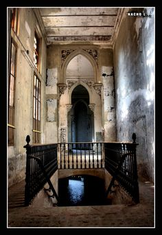 A breathtaking palace turned into school in Spain, such a shame that the place got trashed by damn vandals Territorio Abandonado: SALESIANOS - Las Estancias del Prior