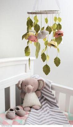 DIY Vilten bloemen mobiel voor de babykamer. // via The Pretty Blog