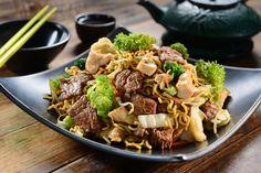 Já saboreou um yakissoba bem temperadinho e feito em casa? Vem ver como é simples fazer esse prato típico da culinária chinesa, com legumes e carnes que o deixam saboroso na medida certa!