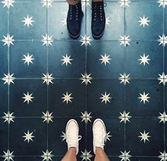 stunning floors that put the rest of the room to shame Painted Floors, Painting Tile Floors, Paint Floor Tiles, Kitchen Flooring, Kitchen Floor Tiles, Modern Flooring, Vinyl Flooring, Kitchen Backsplash, Floor Design