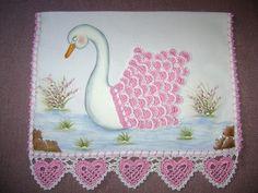 FATIMARTES: Lindo guardanapo com barrado em crochê e cisne pintado a mão também…