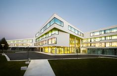 This secondary school in Ergolding, Germany, by Behnisch Architekten features a spectacular combined quadruple-height atrium, assembly hall and circulation space. Colour Architecture, Architecture Colleges, Building Architecture, Amazing Architecture, Gymnasium, School Building, The New School, Smart School, Atrium
