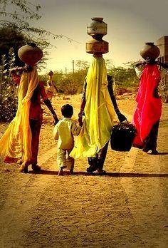 Mulheres africanas carregando água.