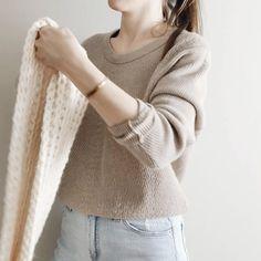 Crochet Woman, Knit Crochet, Crochet Sweaters, Chunky Crochet, Capsule Wardrobe Examples, Modern Hijab Fashion, Easy Knitting Patterns, African Lace Dresses, Minimalist Style