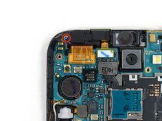 1. Der er en Phillips-skrue (3 mm) på frontkameraets spænde. Fjern den.