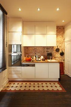 raudonu plytu siena virtuveje