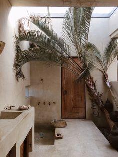 15 idées pour salle de bains tadelakt Style At Home, Venice Beach House, Dixon Homes, Layout Design, Design Design, Casa Hotel, Hotel 6, Gym Room At Home, Walk In Shower Designs