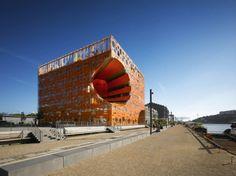 Le Cube Orange - Le Quartier de la Confluence, Lyon.  La Confluence est un laboratoire d'architecture contemporaine. Une architecture qui, en plus de sa créativité, doit composer avec deux incontournables : la qualité de vie et la performance énergétique. Aussi bien pour les logements que pour les bureaux et autres équipements publics. (source : www.lyon-confluence.fr)