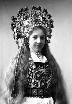 Norwegian bride in wedding dress and traditional headwear resembling fairy crown. The bridal crown is a part of the fabulous Bunad - folk bridal outfit. In modern times in Norway, the Bunad tradition has become very popular . Photo Vintage, Vintage Photos, Bridal Crown, Portraits, Folk Costume, Bridal Outfits, Lund, Ethnic Fashion, Vintage Photography