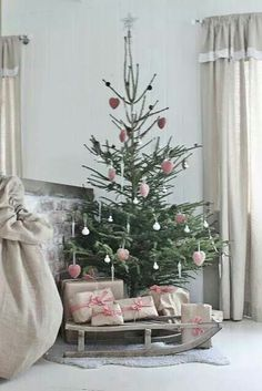 52 little Christmas tree decor ideas- 52 kleine Weihnachtsbaum Dekor Ideen 52 Little Christmas Tree Decor Ideas 52 Little Christmas Tree Decor Ideas Space shortages? Or do you just need a smaller version of your Christmas tree for another room? Christmas Tree Decorating Tips, Small Christmas Trees, Noel Christmas, Merry Little Christmas, Pink Christmas, Country Christmas, Beautiful Christmas, Simple Christmas, All Things Christmas