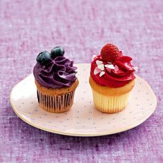 cupcakes with blueberries and raspberries. these look absolutely delicious. Cheesecake Cupcakes, Baking Cupcakes, Cupcake Cookies, Desserts With Biscuits, Cupcake Flavors, Dessert Decoration, Fancy Cakes, Love Food, Sweet Recipes