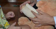 Estudantes usam urso de pelúcia para tirar medo de crianças em ir ao médico