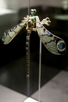 Fundação Calouste Gulbenkian - 25 | Dragonfly woman corsage ornament by René Lalique   #TuscanyAgriturismoGiratola Lalique Jewelry, Enamel Jewelry, Jewellery, Bijoux Art Nouveau, Art Nouveau Jewelry, High Jewelry, Luxury Jewelry, Jewelry Art, Art Deco
