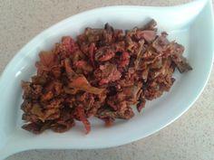 Kuru Biber Kavurması Tarifi - Malzemeler : 1 avuç kurutulmuş biber, 1 avuç kurutulmuş patlıcan, 1 avuç kurutulmuş domates, 1-2 tane doğranmış kuru soğan, 100 gr kıyma, 1 doğranmış domates, 1 kaşık tereyağı, 2-3 kaşık sıvı yağ, Yarım kaşık salça, Tuz.