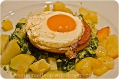 Hausmannskost: Fleischkäse-Burger auf Spinat-Kartoffelwiese mit Spiegelei