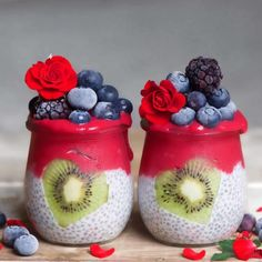 This healthy Chia pudding jar is topped with a Vegan detox smoothie topping for a nutritious, satiating breakfast or healthy snack and boost energy levels. Raspberry Smoothie, Fruit Smoothies, Smoothie Bowl, Smoothie Ingredients, Smoothie Recipes, Chia Fresca, Chocolate San Valentin, Kreative Desserts, Valentine Chocolate