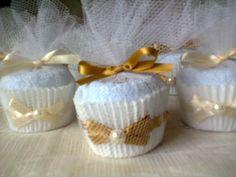 Um delicado cup cake toalhinha para agradar seus convidados.  Uma lembrança para ser guardada ou até mesmo utilizada depois.