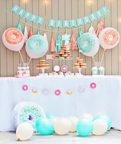 Let's GO NUTSfor donuts! Lisa Komer ofFancy Thatdesigned a Mint & Peach Donut Party(photographed by Katie Hickenbottom Photography)that undoubtedl