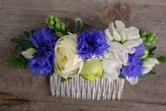 Spring comb with ranunculus and bachelor buttons