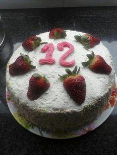 Mijn eigen variatie op de Red Velvet taart. Red Velvet met slagroom en aardbeienvlaaivulling. In de zomer gebruik ik verse aardbeien!