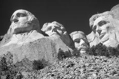 Les sculptures, hautes de 18 mètres, représentent quatre des présidents les plus marquants de l'histoire américaine. Il s'agit de gauche à droite de George Washington (1732-1799), de Thomas Jefferson (1743-1826), de Theodore Roosevelt (1858-1919) et d'Abraham Lincoln (1809-1865)1