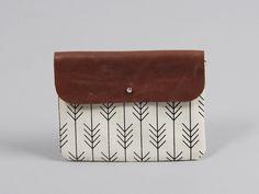 Die kleine Utensilien-Tasche Erik nimmt allerlei Dinge auf: Schmuckstücke, das Mobiltelefon samt Ladekabel oder Kleingeld fühlen sich dort gut aufgehoben. Sie besteht aus festem Baumwollstoff...