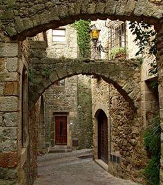 Si hubo un lugar que me encantó hace 20 años en mi viaje a España, fue éste, Pals, en Cataluña. Poblado medieval precioso, lleno de puentes y arcos, rincones y callejuelas. Creo que en otra vida fui una dama medieval, me gusta demasiado. Otro gran lugar de mi vida al que me gustaría regresar.