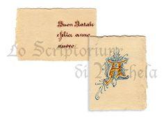Bigliettino natalizio su carta 100% cotone fabbricata a mano piegato in due parti. Iniziali in oro a rilievo con florilegi coloro rosso vermiglio e fiocco rosso. Testo in scrittura gotica. Dim. 6,5x8,5 cm