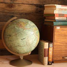 アメリカの地図メーカー、REPLOGLE製の12インチ地球儀です。 海底山脈や陸の山脈が立体的に表現されています。 自然の美しさや世界の広さを実感できる美しい地球儀は、 1970年代頃のものとなり、ビンテージらしい雰囲気も魅力です。   サイズ:W295×D295×H395mm  球のサイズ:12inch