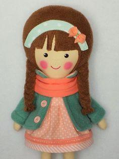 Klementyna jest cudną laleczką stworzoną dla dzieci, które uwielbiają przytulanie i zabawy. Laleczlka ma buzię ręcznie malowana niespieralnymi farbami akrylowymi do tkanin.  Ubrana jest w bawełnianą sukienkę oraz polarowy płaszczyk. Szyję lali zdobi bawełniany szalik. Nogi lalki zdobią bawełniane getry i filcowe buciki.  Całość tworzy kolorystyczną harmonię. Wszystkie ubranka są zdejmowane.  Klementyna uszyta jest ręcznie z bawełnianej tkaniny i wypełniona włóknem antyalergicznym.  Nie…