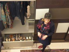 Pilar en el taller de organización de armarios dando trucos y consejos para la decoración y organización del hogar